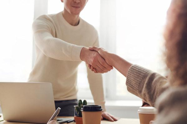 Doradca kredytowy gratuluje przyznanej pożyczki klientowi