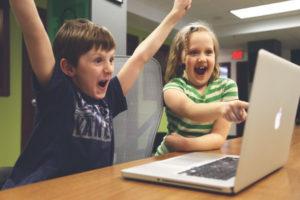 Dzieci przed komputerem - cieszące się - 500 plus i alimenty zapłacone