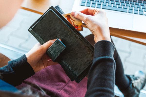 Wyrzucenie niepotrzebnej karty kredytowej - usunięcie
