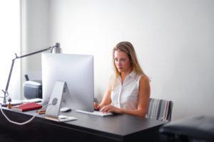 Wnioskowanie o kredyt bez wychodzenia z domu - kobieta i komputer