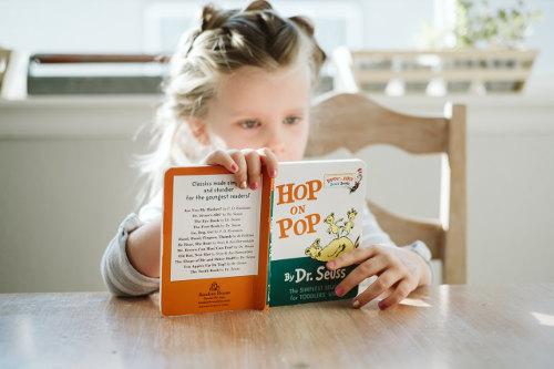 Dziecko czytające książkę kupione z 500 plus