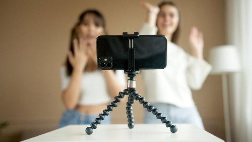 Influencerki reklamujące produkty przed kamerą