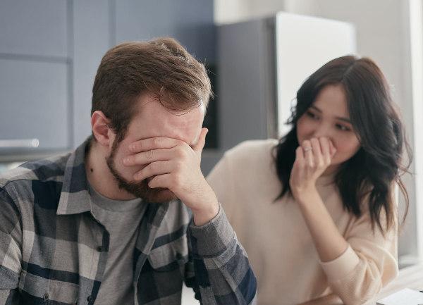 Upadły dłużnik - mąż i żona - rozmowa