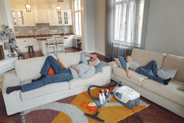 Ojciec z synem po sprzątaniu nowego własne M3 - na kanapach