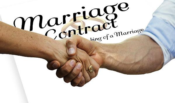 Intercyza - uściśnięte dłonie małżonków - dokument spisany po angielsku