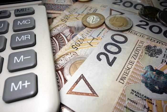 Kredyt - banknoty 200-złotowe - kalkulator debetu