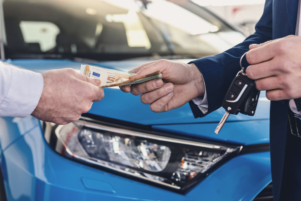Auto pod zastaw - pieniądze wręczane przez pożyczkodawcę klientowi