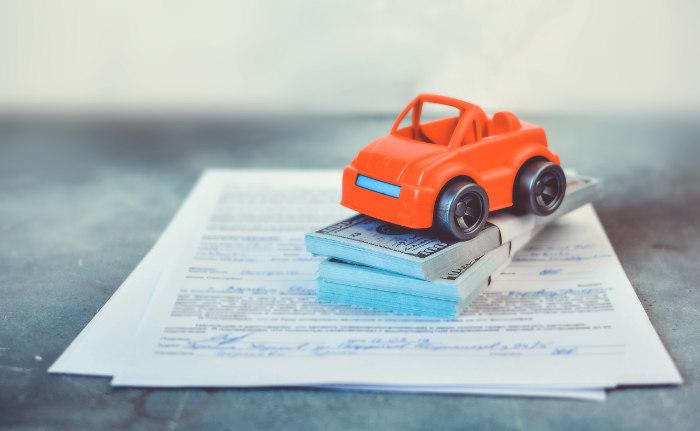 kredyt pod zastaw samochodu - umowa, pieniądze w gotówce
