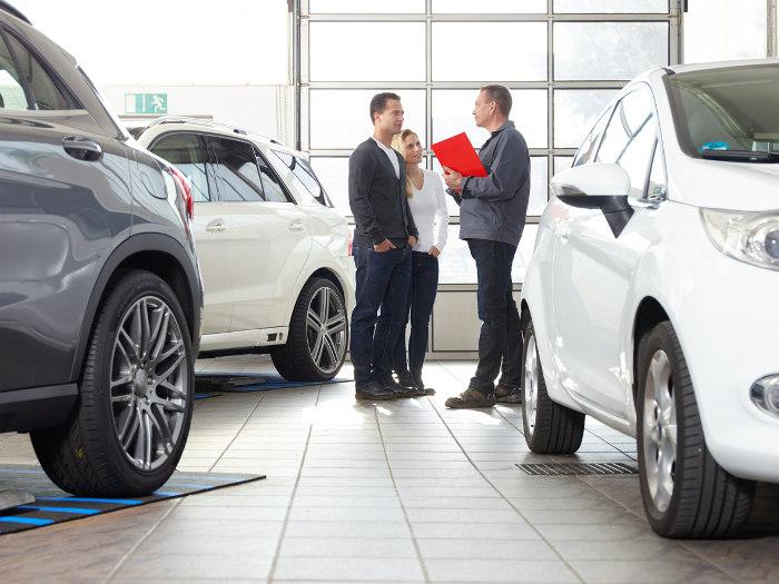 Rozmowa przedsiębiorcy z dealerem samochodów